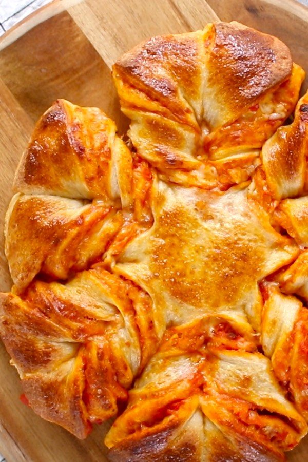 Pull Apart Pizza Bread -Delicious and cheesy pull-apart pizza in a star shape! A comfort food that you can serve as a party or game day appetizer with lots of fun. So good!