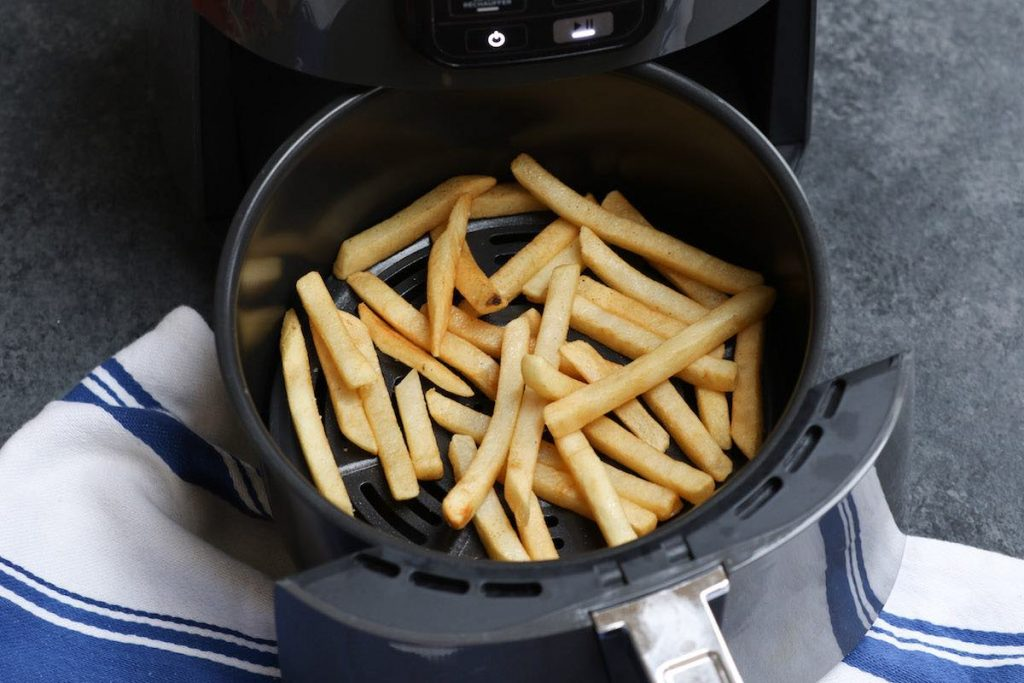 Frozen french fries cooked in an air fryer after 6 minutes.
