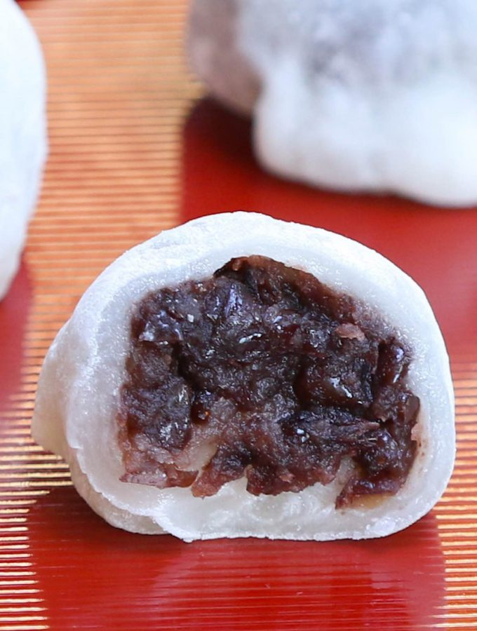 Daifuku!! This popular Japanese recipe makes a soft, tender, and chewy mochi rice cake enclosing a creamy, sweet red bean paste filling. Pure mocha dessert bliss! With some simple tips, you can make this delicious snack in your own home and customize with your favorite fillings. #daifuku #DaifukuMochi