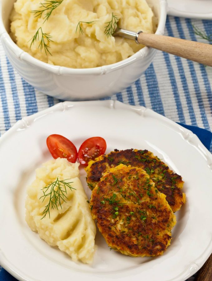 Crab cakes are loaded with juicy crab chunks and fresh flavors. Whether you're baking, grilling, deep-frying or sautéing this Maryland staple food, you can't forget about the sides. Luckily, crab cakes are very versatile, and you can easily pair them with pasta, veggies, salad and more. These are some of our go-to crab cake sides – great for breakfast, brunch, and snacks!