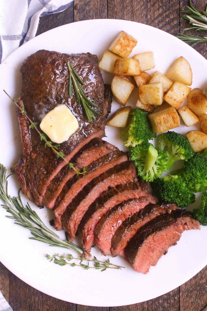 While many say there's an art to cooking the perfect steak, there's also an art to pairing it with the best side dishes. This Steak Sides list will give you options to explore when planning for your next steak dinner, from healthy vegetables to delicious potato recipes, these side dishes will take your steak to a new level!